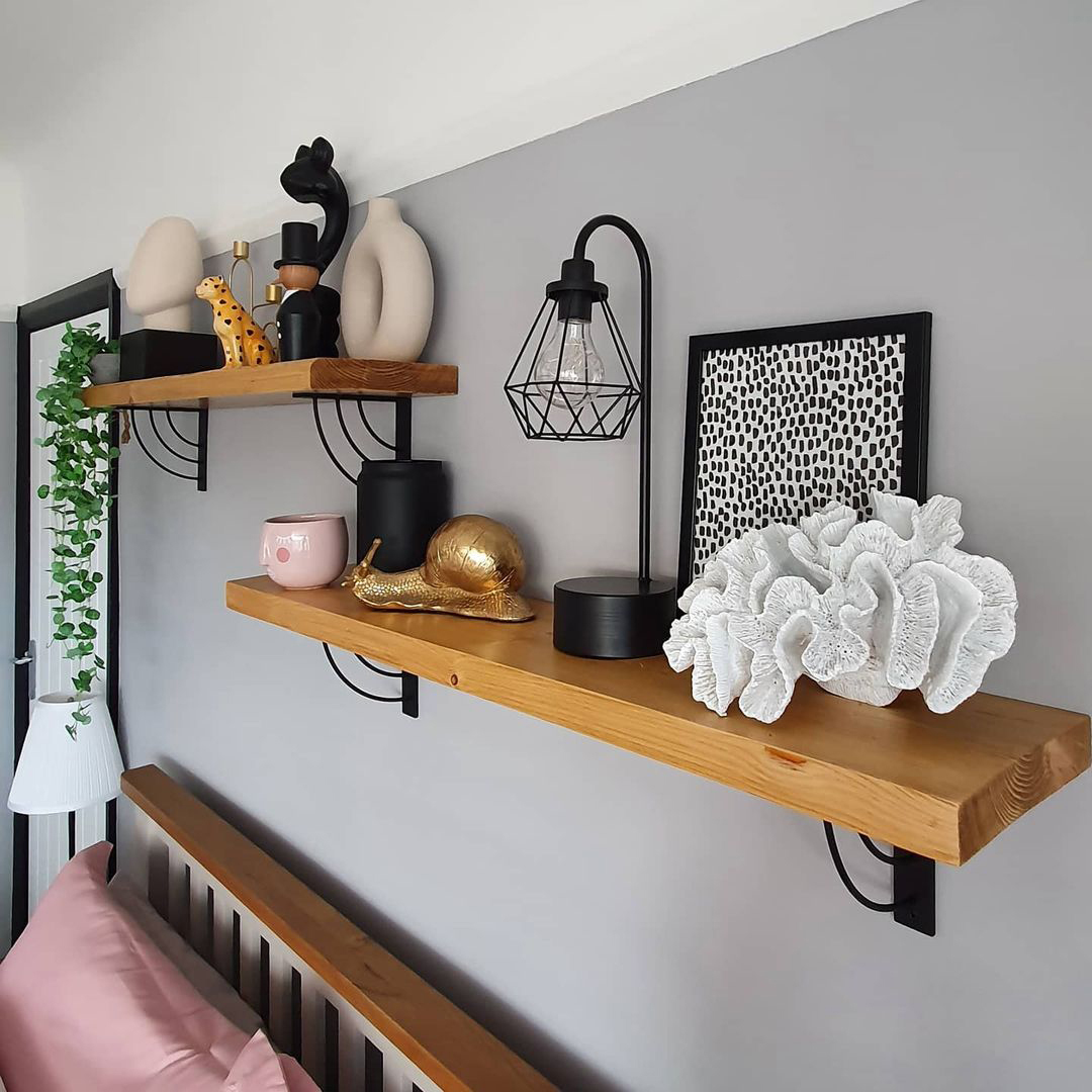 MARILYN bracket with wooden shelf on grey wall in a bedroom